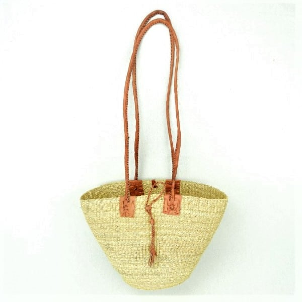Stylish soft woven shoulder bags equipped with durable leather handles. Handwoven from elephant grass in Northern Ghana.
